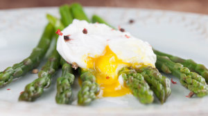 Healthy poached eggs with asparagus recipe