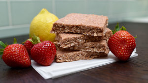 Strawberry Lemonade Shakeology Bars Recipe | BeachbodyBlog.com