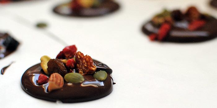 Dark-Chocolate-Medallion-BlogHeader_bkxxqw